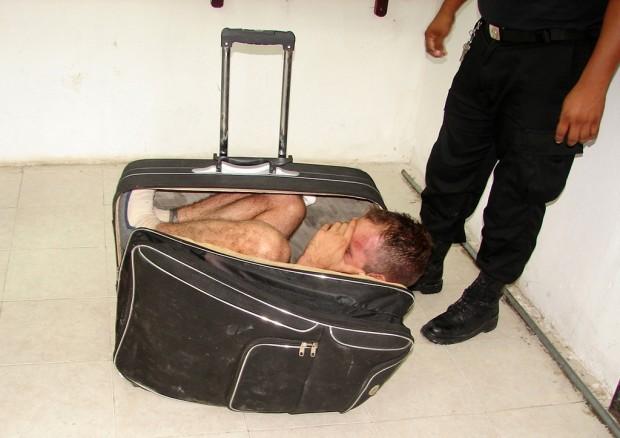 عکس کاور مخفی شدن در چمدان